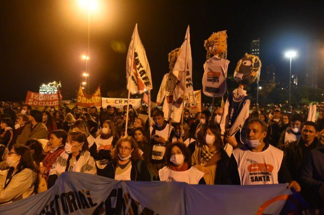 La marcha llegó al Monumento a la Bandera esta noche.