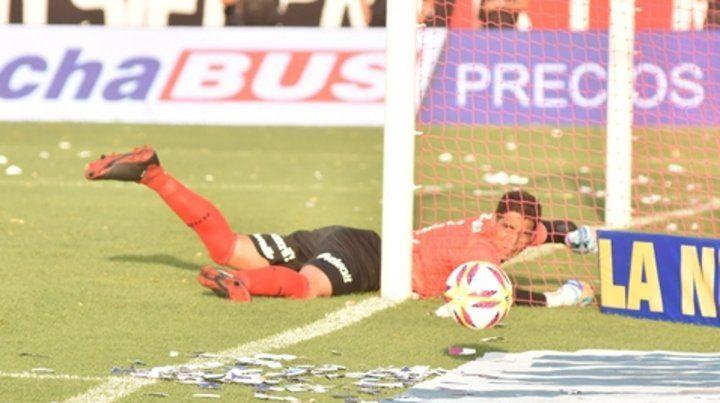Puro reflejo. Alan Aguerre fue el jugador leproso de mejor rendimiento en la última Superliga.