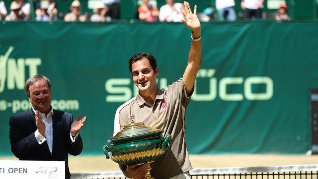 Federer celebra su décima conquista en Halle.