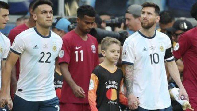 Un nene reveló qué hace Messi cuando suena el himno nacional