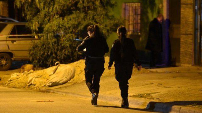 la escena. Policías trabajaban anoche en 24 de Septiembre al 100 bis.