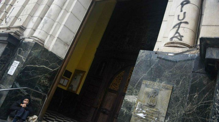 El frente de la Catedral también fue vandalizado.