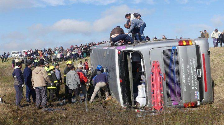 Al menos 15 muertos y numerosos heridos por el vuelco de un micro