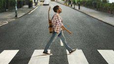 El protagonista de la película camina por el paso de cebra de Abbey Road, famoso por el disco homónimo.