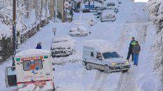 Bariloche. El tránsito vehicular por las calles de la ciudad está complicado por la nieve acumulada.