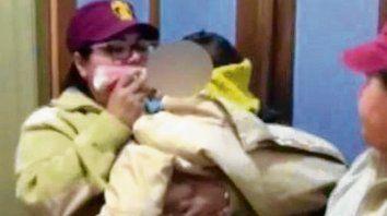 A salvo. Agentes de la GUM y la beba que sufrió el maltrato materno.