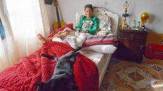 Agradecido. Matías, ayer, en su casa junto a su gato Tomy. Sufrió fractura expuesta de tibia y peroné y ahora debe guardar dos meses de reposo.