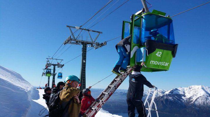 Rescatan con sogas a los turistas atrapados en las góndolas del Cerro Catedral