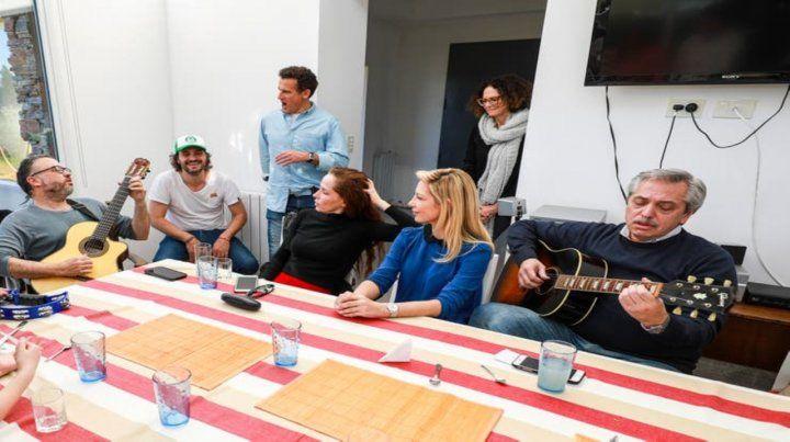 Guitarreada. Alberto Fernández le sacó el jugo al relax con una reunión con amigos.
