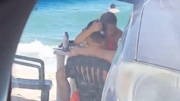 Una pareja fue escrachada mientras tenía relaciones en la playa copy