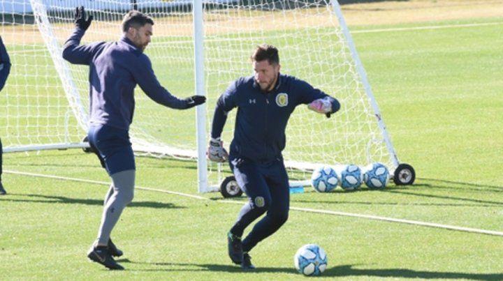 Jugada. Ledesma intenta gambetear a Caruzzo en la práctica de ayer en Arroyo.