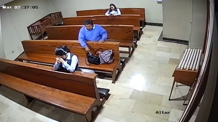 Un ladrón se persignó después de robar un celular en una iglesia
