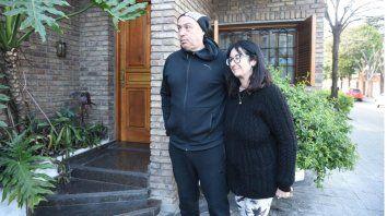 Andrés y su esposa, en en frente de su casa donde dejaron al bebé.