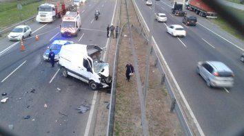 Un utilitario entró en contramano por Panamericana, chocó con un camión y su conductor murió.