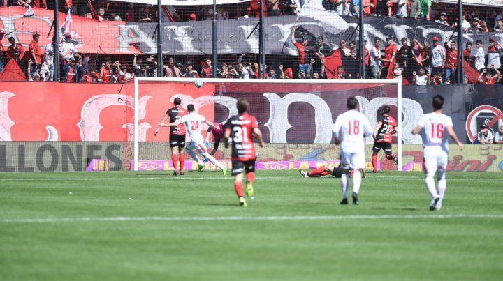 Newells goleó a Huracán y consiguió una victoria muy necesaria