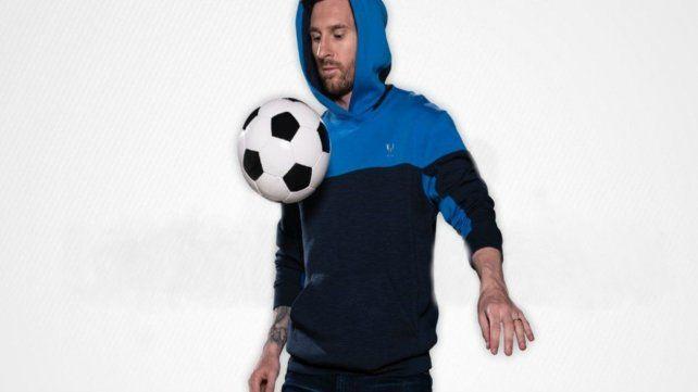 Jugada. Lionel domina la pelota para mostrar su propia prenda.