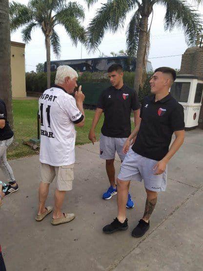 Pulga Rodríguez le regaló la camiseta al hincha de Colón de 78 años