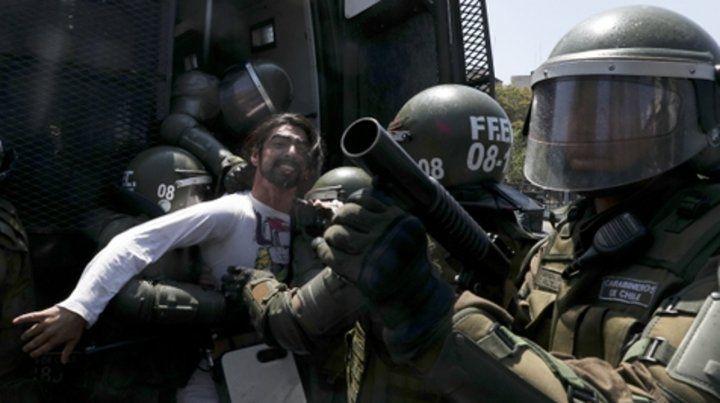 Represión. Unas 800 personas fueron detenidas por los carabineros.