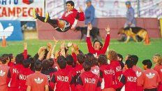 Y volar, volar. El recibimiento a Maradona en la primera práctica de Newells, en septiembre de 1993, fue una celebración para todo el equipo, que lo elevó por los aires.