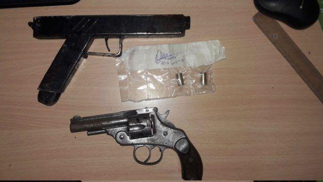 Un revólver y una réplica de pistola automática. Estaban en poder de los asaltantes.