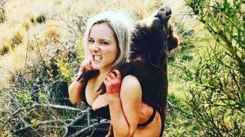 Sale a cazar y se fotografía en poses sensuales junto a sus presas