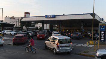 Previo al último aumento hubo largas colas para cargar combustible.