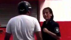 asi reacciono una policia al recibir un cachetazo