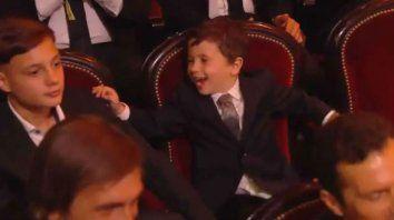 El imperdible festejo de Mateo cuando le entregaron el Balón de Oro a su padre. (Captura TV)
