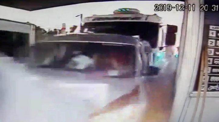 Un camión embistió a varios autos en una estación de peaje