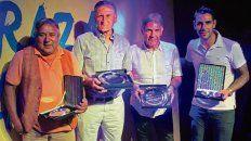 Viejas glorias. Palma, Pascuttini, Russo y Herrera posan con sus plaquetas.