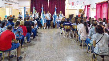 Acompañados. La comunidad de Oliveros celebró con alegría el logro alcanzado por la familia Stier.