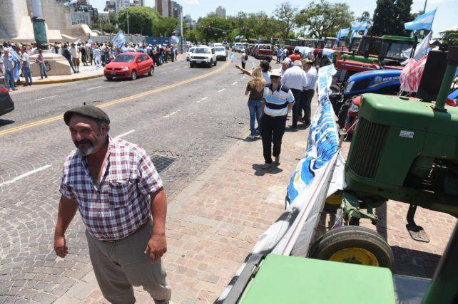 El tractorazo de productores llegó al Monumento a la Bandera