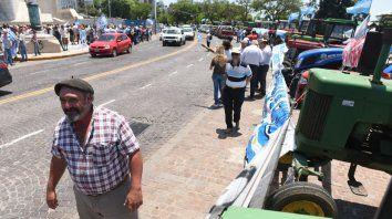 tractorazo de productores autoconvocados llego al monumento a la bandera
