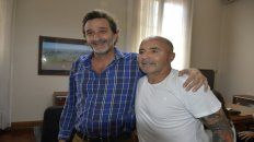 El exDT de la selección se sacó una foto con el intendente casildense Andrés Golosetti.