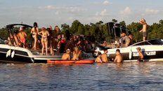 Música imparable. Los asistentes a la movida arman boliches improvisados sobre el agua.