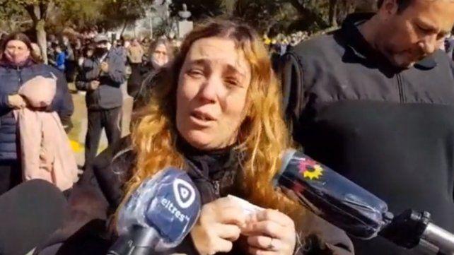 La madre de Julieta Del Pino, tras el sepelio de su hija en la ciudad santafesina de Berabevú.