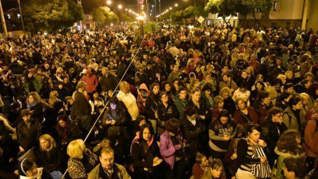Miles de fieles acompañaron al padre Ignacio durante el Vía Crucis de Viernes Santo