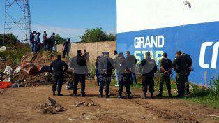 Asesinaron a golpes a una mujer de unos 25 años en un baldío del norte de la capital santafesina