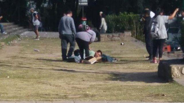 Sin consuelo: sacó a pasear el perro y un petardo que tiraron estudiantes lo mató
