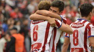 Abrazo de gol. Sánchez recibe el saludo de sus compañeros