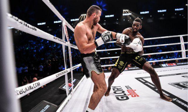 Ganó con un nocaut controversial y el público invadió el ring para vengarse