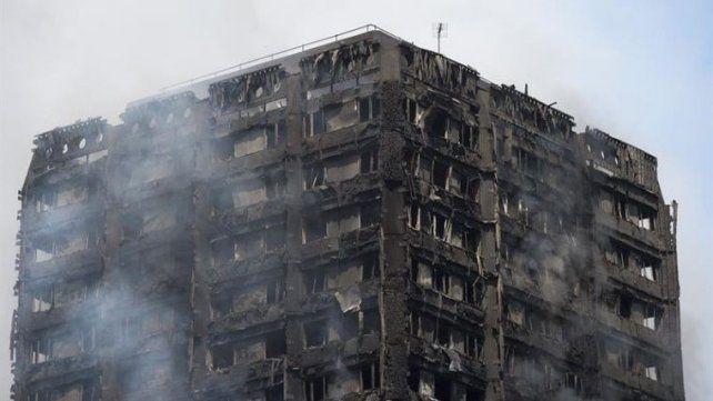 Milagro: una mujer arrojó a su bebé desde el noveno piso del edificio en llamas y lo salvó