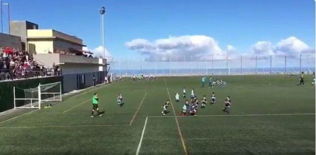 Un niño mete un gol y los dos equipos festejan