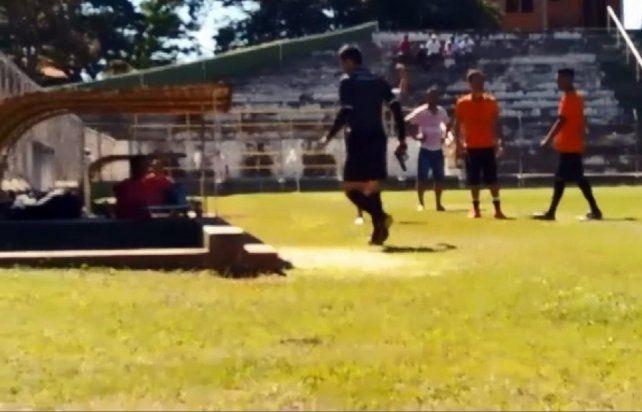 Locura en Brasil: un árbitro sacó una pistola tras pelearse con un jugador