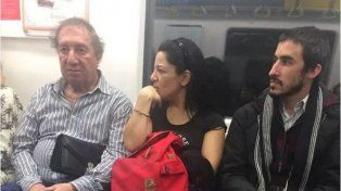 Una foto de Carlos Salvador Bilardo en el subte se convirtió en viral