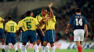 Roberto Carlos quiso rememorar el tiro libre contra Francia, pero sacudió a su rival