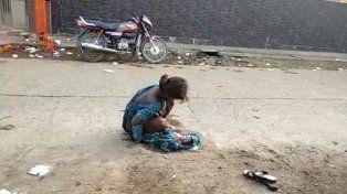 India: una joven dio a luz en plena calle al ser rechazada por los servicios de emergencia