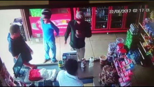 Dos delincuentes se descuidan en pleno robo y el cajero los mata a tiros