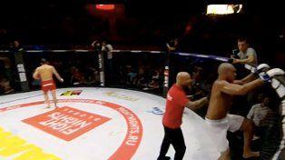 Le mordió la oreja a su rival y huyó indignado del ring