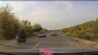 Brutal choque de frente entre una moto y un auto a toda velocidad